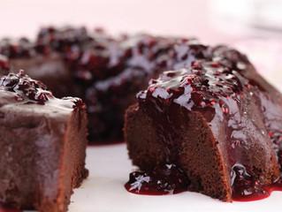 Pudim de chocolate com frutas vermelhas