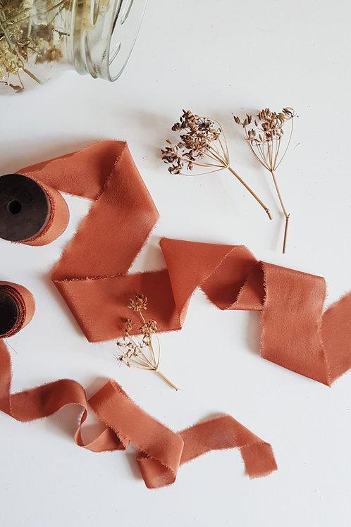 Terrakotta színű növényi festett hernyóselyem szalag