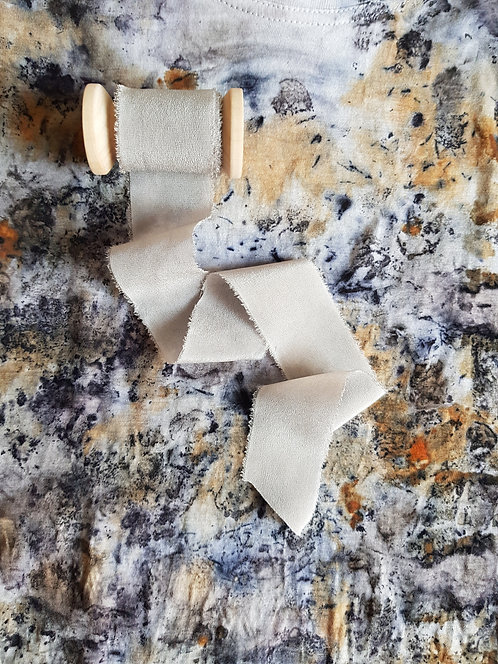 Ezüstszürke növényi festett hernyóselyem szalag