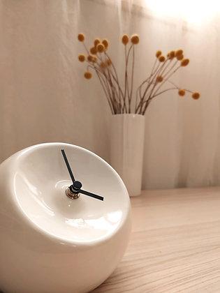 שעון שולחני לבן