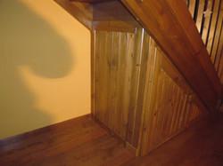 Amario bajo escalera
