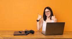 mujer-negocios-oficina-pulgares-arriba-g