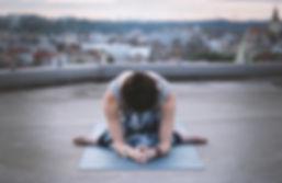 Frau in einem Yoga-Haltung