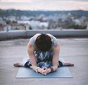 Mujer en una actitud de la yoga