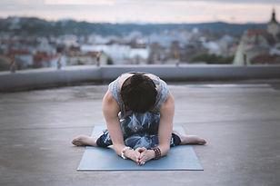 Femme dans une pose de yoga
