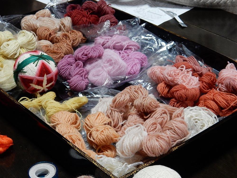 草木染めをした毛糸(ビワ、茜、高野槙、ミモザ、コチニール、ウメノキゴケ)