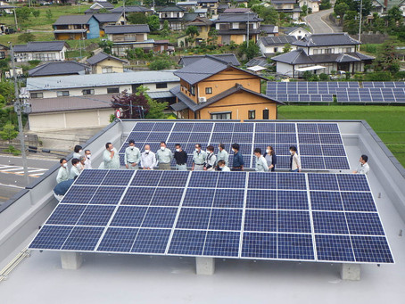 屋上に太陽光パネルが設置されました👍