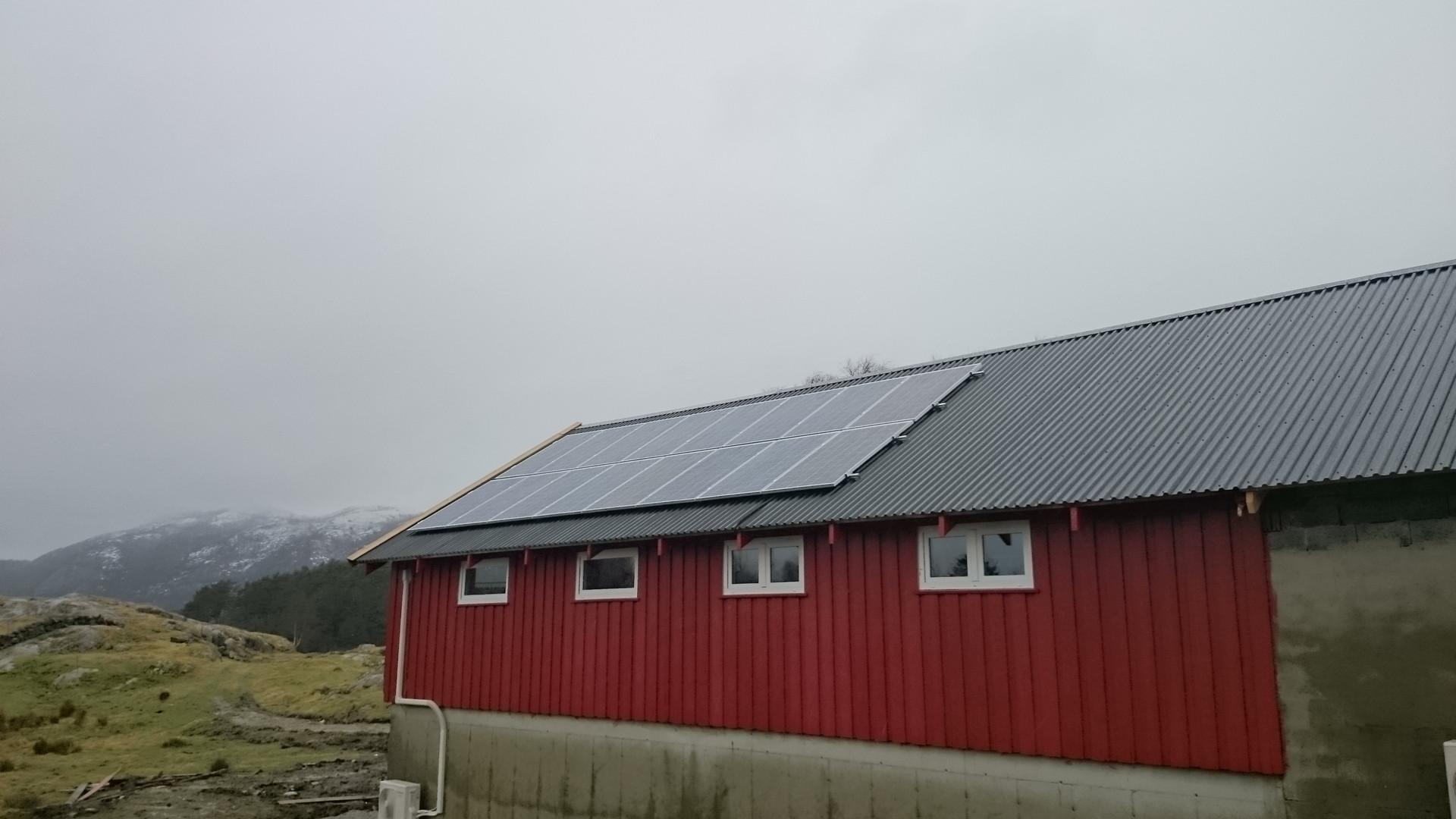 Solcelleanlegg montert på låve