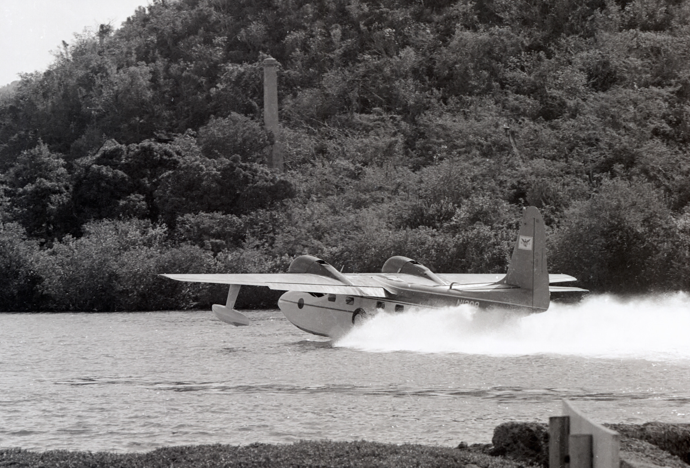 G73 Mallard landing at St. Thomas