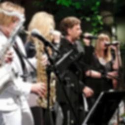 Die Musiker der Hochzeitsband und Partyband Michael Jackts Net auf der Bühne bei einem Auftritt auf dem Regensburger Bürgerfest.
