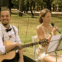 Die Musiker der Hochzeitsband und Partyband Lichtfänger in einem Garten für Livmusik zu Kaffee und Kuchen.