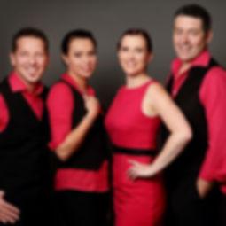 Die Musiker der Hochzeitsband und Partyband Trixx auf einem Gruppenfoto nebeneinander stehend.