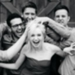 Die Musiker der Hochzeitsband und Partyband Limited posierend mit ihrer Sängerin in der Mitte der Band.
