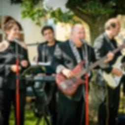 Die Musiker der Hochzeitsband und Partyband Sunset spielen auf einer Hochzeit bei Kaffee und Kuchen im Freien