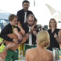 Die Musiker der Hochzeitsband und Partyband Dirty tones machen Musik vor dem Brautpaar bei Kaffee und Kuchen.