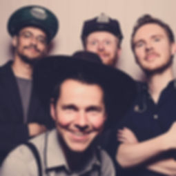 Die 4 Musiker der Hochzeitsband und Partyband Silverhammers auf einer Hochzeit posieren in einer Photobox