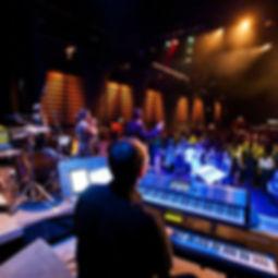 Die Musiker der Hochzeitsband und Partyband That`s Live spieen Musik auf der Bühne mit tanzenden Paaren vor der Bühne.