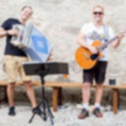 Die Musiker der Hochzeitsband und Partyband Heartline bei einem Sektempfang für das Brautpaar im Freien.