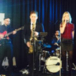 Die Musiker der Hochzeitsband und Partyband Soulmaid mit ihren instrumenten in er Hand auf der Bühne.