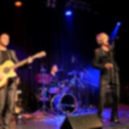 Die Musiker der Hochzeitsband und Partyband Silvertown musikspielend auf der Bühne.