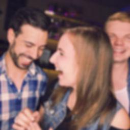 Die Musiker der Hochzeitsband und Partyband Whoobers lachend in einer Bar.