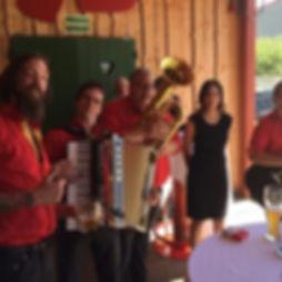Die Musiker der Hochzeitsband und Partyband Charivai Xpress bei Sektempfang für das Brautpaar.