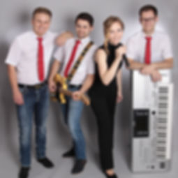 Die Musiker der Hochzeitsband und Partyband Auf Zack mit ihren INstrumenten in der Hand.