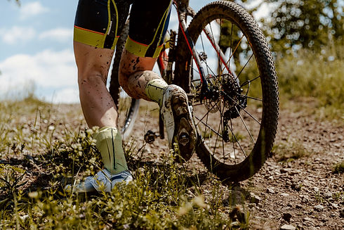 back-dirty-feet-mountain-biker-H9SFVQE.j