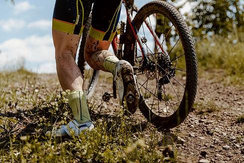 back-dirty-feet-mountain-biker-H9SFVQE.j
