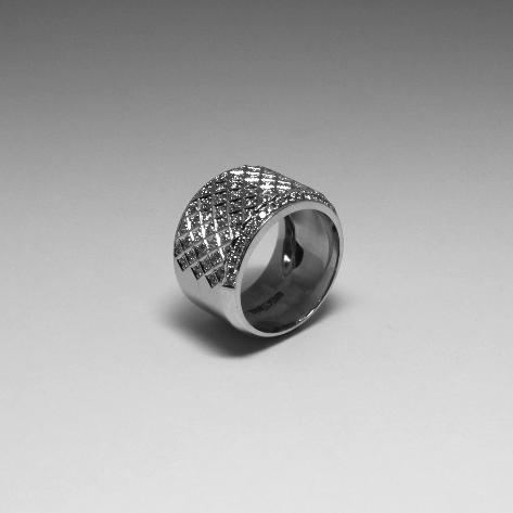 Широкое кольцо с бриллиантами.