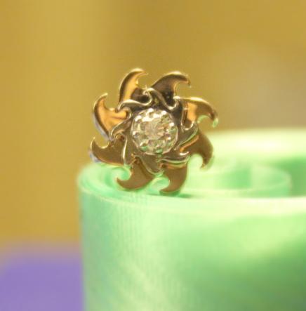 Серьги - пусеты с бриллиантом.
