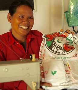 Srey Kim sew plastic bags for living. _#