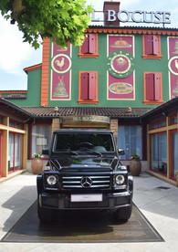Valorisation du partenariat mythique entre le chef étoilé Paul Bocuse et l'emblématique Classe G par Mercedes-Benz. Reportage photos, interviews et valorisation sur les réseaux de la marque.  Client : Mercedes-Benz Étoile 69