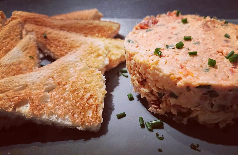Rillettes anti-gaspi au poulet, tomates séchées et fromage frais avec toasts