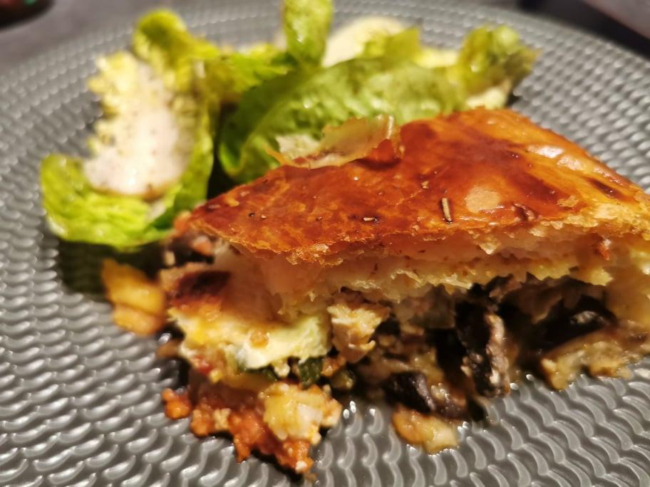 Part de la tourte anti-gaspi, courgettes, aubergine, dinde, chorizo et champignons