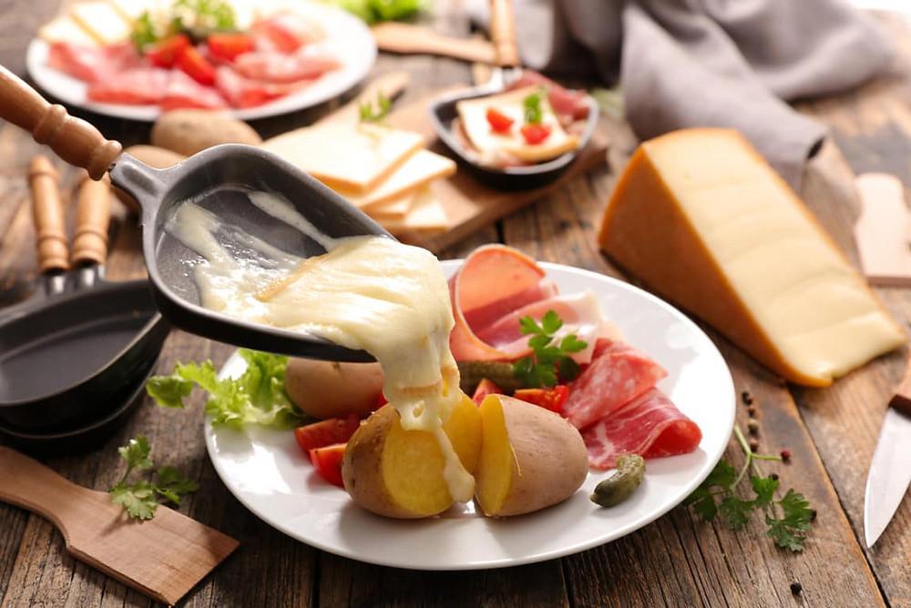 Raclette, fromage fondu et charcuterie