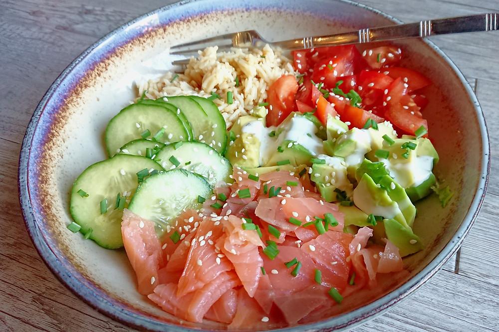 Salade façon Buddha bowl au saumon fumé et concombre