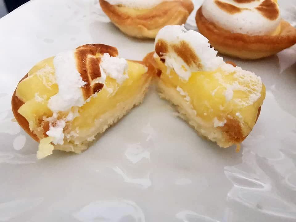 tartelettes citron meringuée, lemon curd, pâte feuilletée, meringue italienne, dorée, plat, jaune