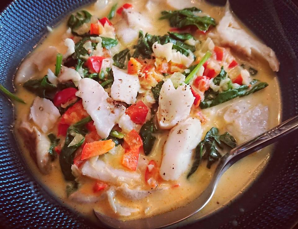 curry de poisson au lait de coco, épinards et poivrons