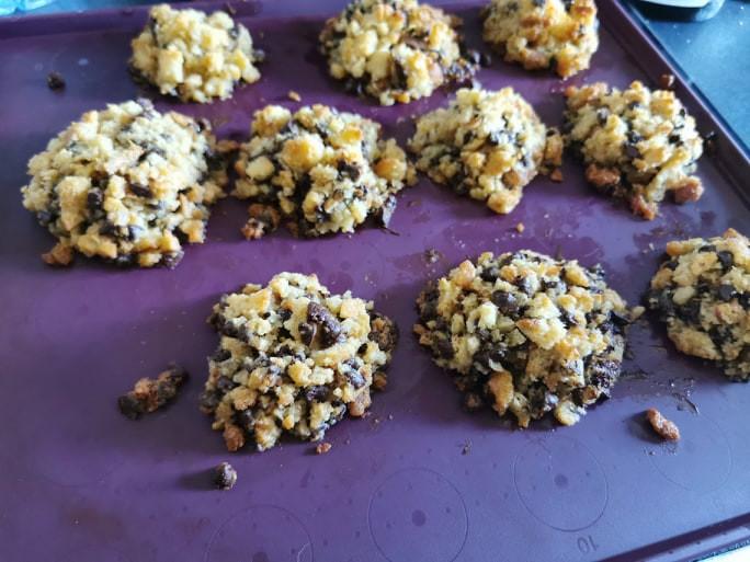Cookies au pain rassi et pépites de chocolat sur feuille à rebords silicone Tupperware