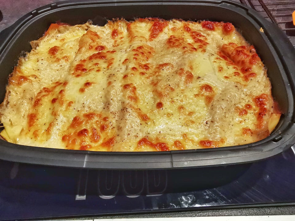 Lasagnes gratinées aux courgettes, béchamel et mozzarella dans l'ultra pro Tupperware