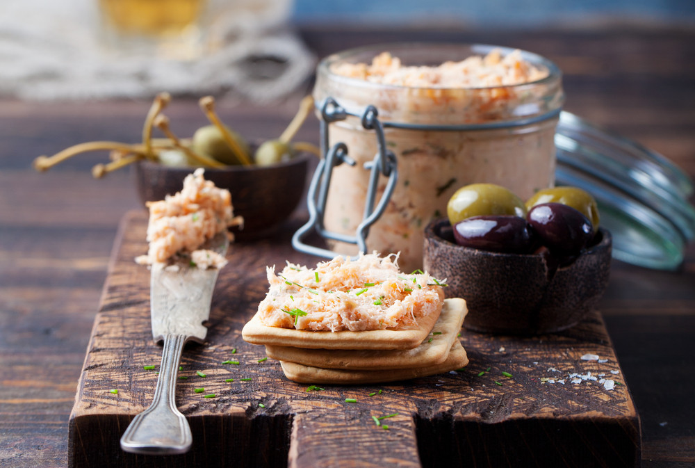 Rillettes de saumon cuit au basilic, toast de pain grillé pour l'apéro