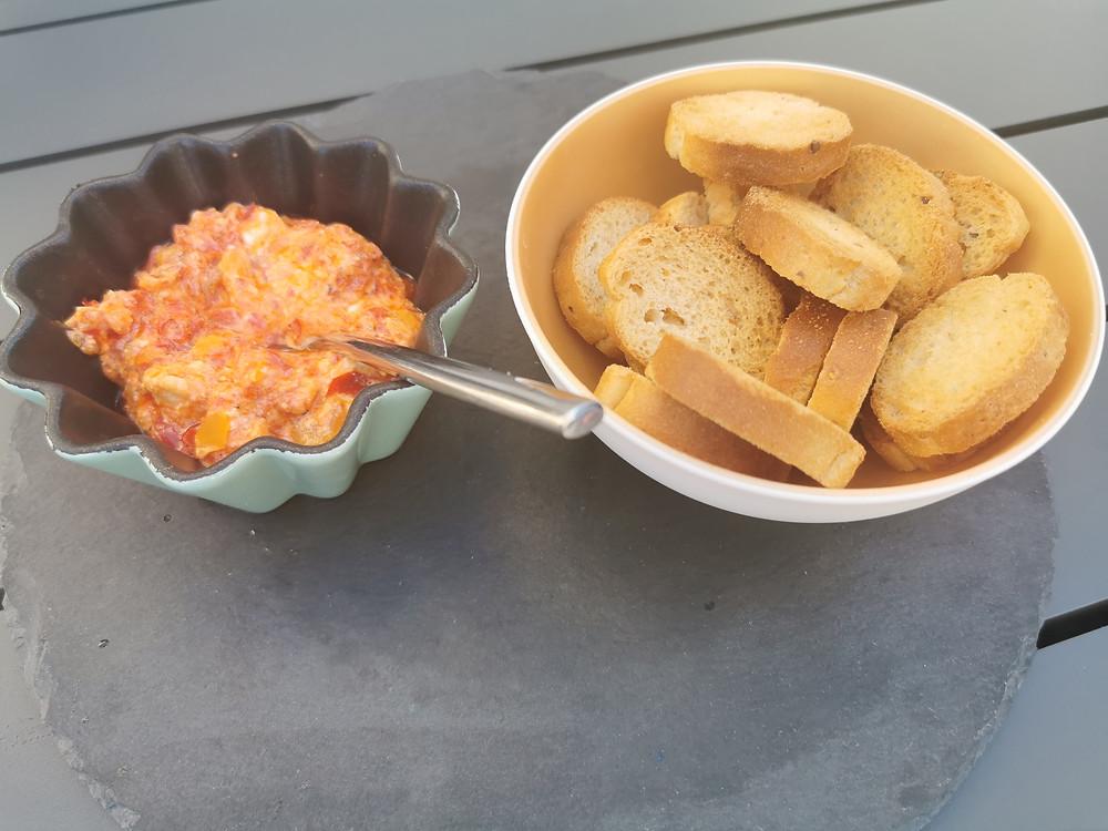 Crème de poivrons confits au chèvre Tupperware, toasts pain grillés