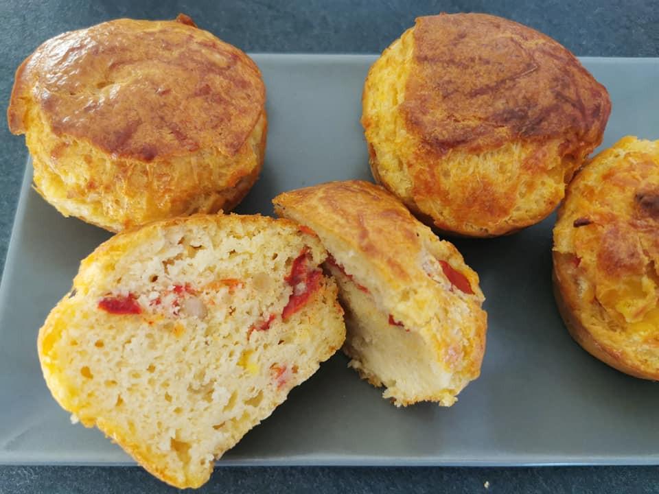 Intérieur moelleux des cakes salés aux poivrons et pignons de pin