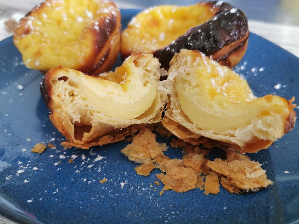 Pasteis de nata ou flan Portugais, pâte feuilletée et interieur crème