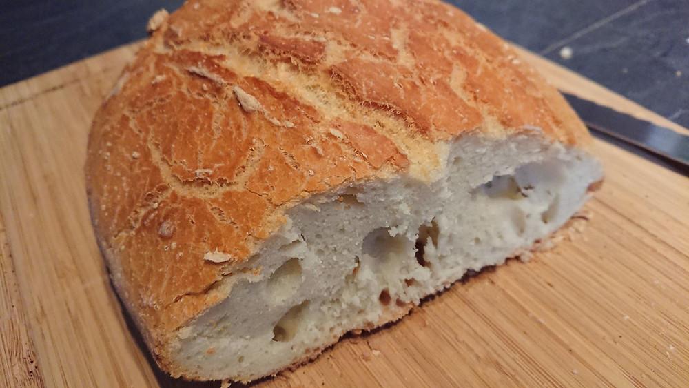 Intérieur du pain cocotte, mie moelleuse et croute dorée. Cuisson dans l'ultra pro Tupperware