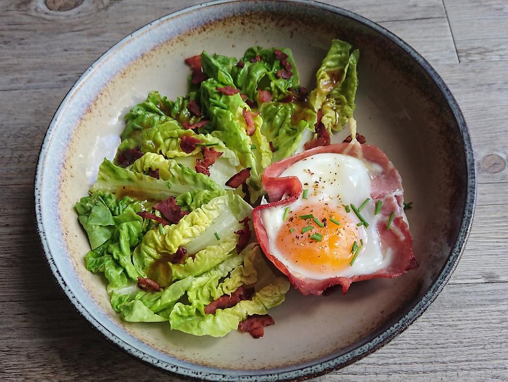 Oeuf en barquette de jambon sur lit de salade