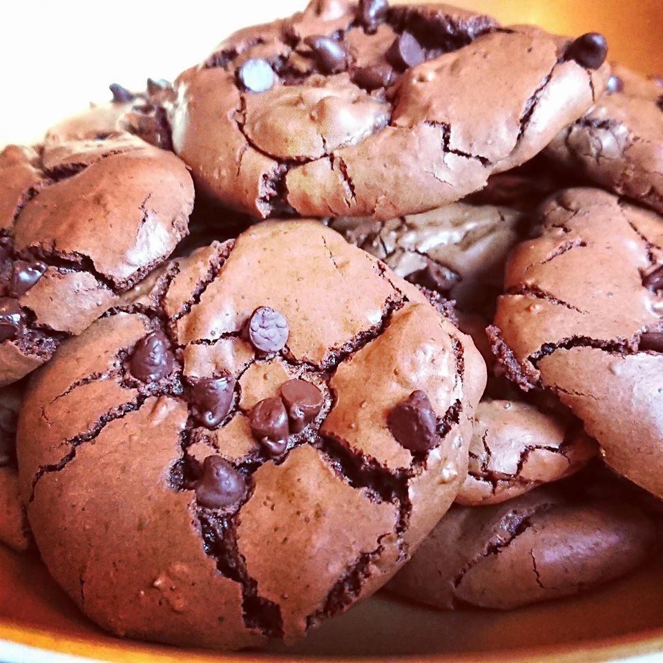 Cookies outrageous chocolate aux pépites de chocolat avec TUPPERWARE, un croute craquante et un intérieur moelleux et fondant