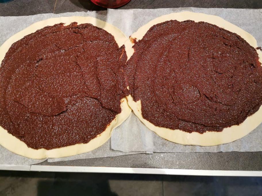 Préparation de la galette en spirale ou escargot frangichoco. les 2 pates feuilletees chevauchées avec la garniture frangipane chocolat
