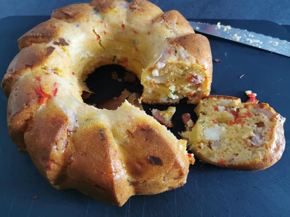 Cake poivrons lardons et chèvre dans le moule à brioche Tupperware